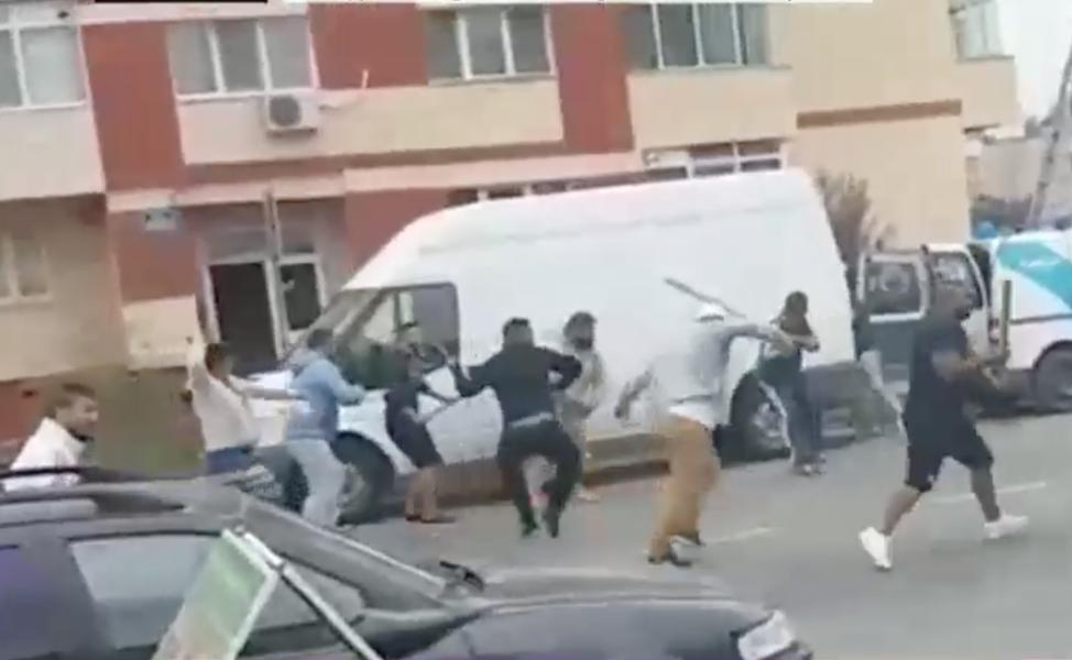 Ţigani îşi reglează conturile cu focuri de armă! Bătaie cu bâte şi topoare în faţa Primăriei Bascov!