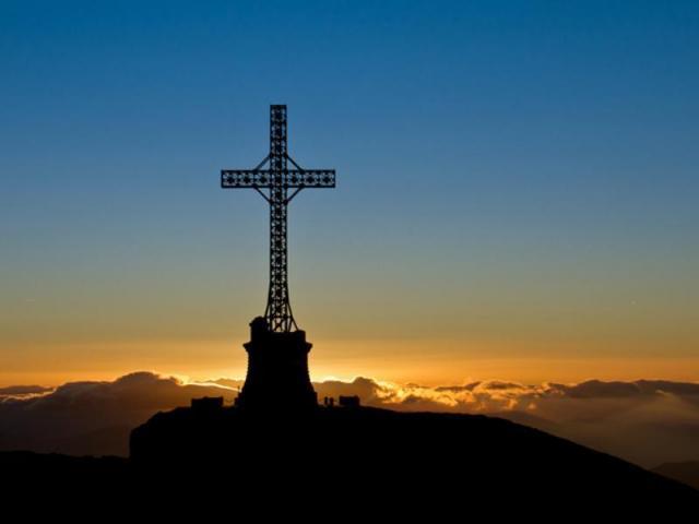 Crucea Eroilor Neamului, cea mai înaltă cruce din lume amplasată pe un vârf montan se află în România.