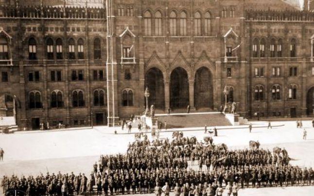 Soldaţi români din regimentul 27 infanterie în faţa Parlamentului din Budapesta în august 1919