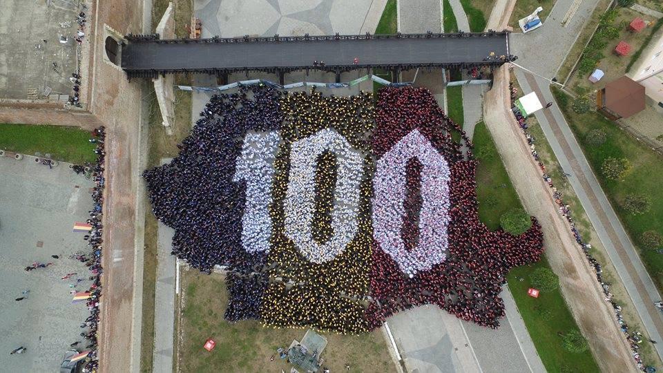 Record MONDIAL! Mii de persoane s-au strâns la Alba-Iulia pentru a realiza cea mai mare hartă formată din oameni