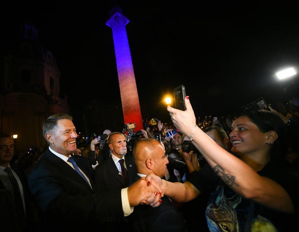 Columna lui Traian a fost iluminată în culorile drapelului României, cu ocazia primei vizite oficiale de stat a unui preşedinte român în ultimii 45 de ani
