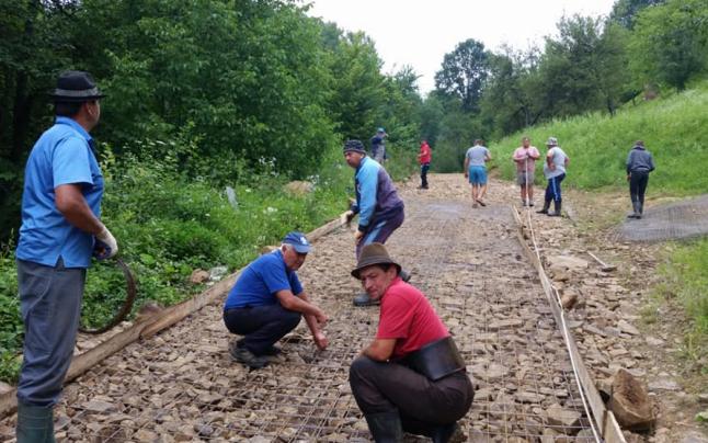 Nesimţirea statului român a făcut ca 90 de familii să-şi betoneze singure drumul din satul Trestia, comuna Cerneşti