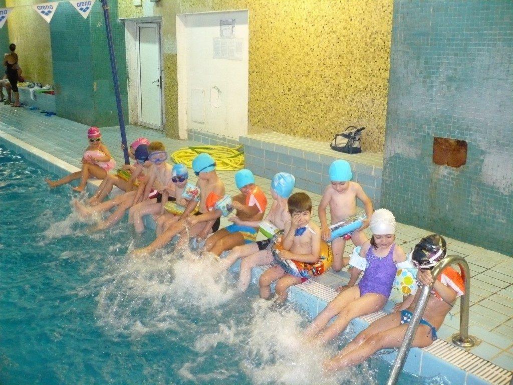 Peste 1000 de copii de la cluburi de înot de stat şi private din Bucureşti se antrenează în aer liber la temperaturi scăzute.