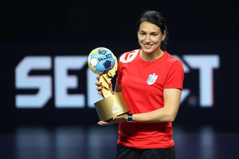 Cristina Neagu, de la CSM Bucuresti, a fost desemnata cea mai buna marcatoare dupa finala de handbal feminin dintre Gyor Audi ETO si HC Vardar din Final Four-ul Ligii Campionilor, la sala Papp Laszlo din Budapesta, duminica 13 mai 2018. SEBASTIAN TATARU /