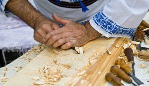 Arta prelucrării lemnului, un meşteşug învăţat din tată în fiu