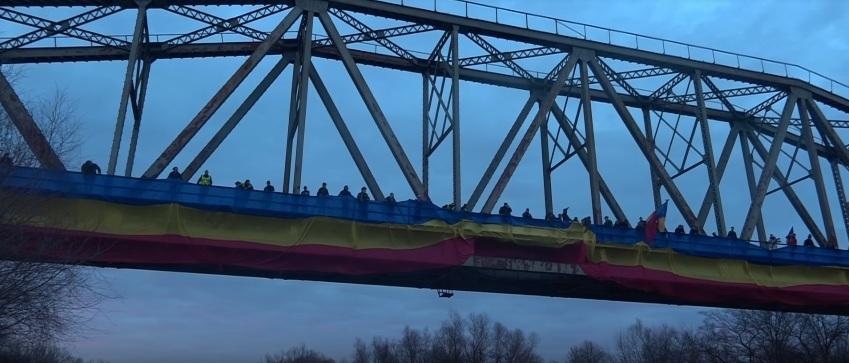 Tricolor desfășurat peste Prut, pentru a marca intrarea în Centenar